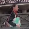 женщина царапает автомобиль