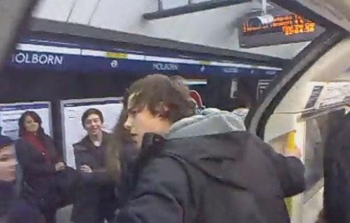 голова в дверях метро