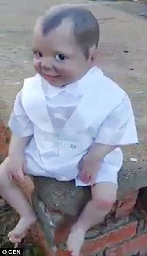 кукла-вампир следит за камерой