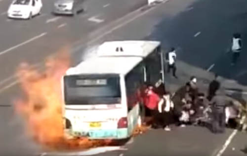 автобус с пассажирами загорелся