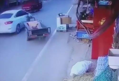 мотоцикл протаранил автомобиль