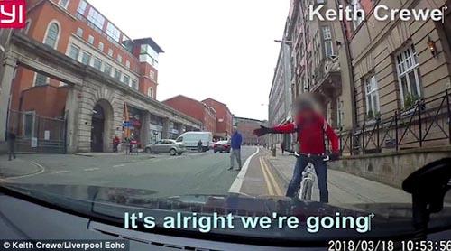 велосипедист поцарапал машину