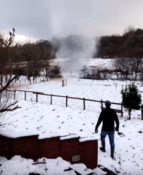 снежный торнадо отвлёк мужчину