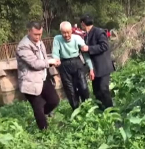 старик спас тонущего ребёнка