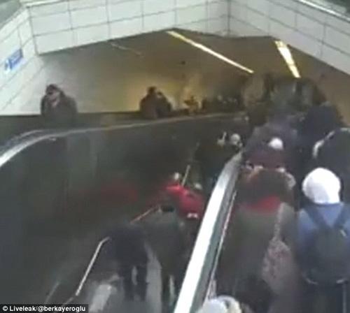 мужчина провалился в эскалатор