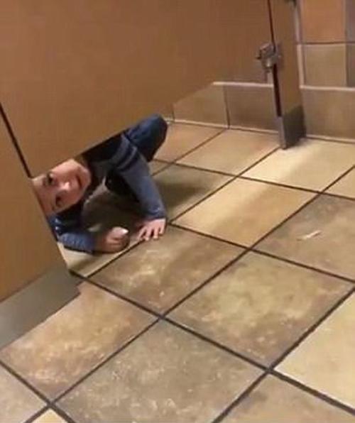 бесцеремонный мальчик в туалете
