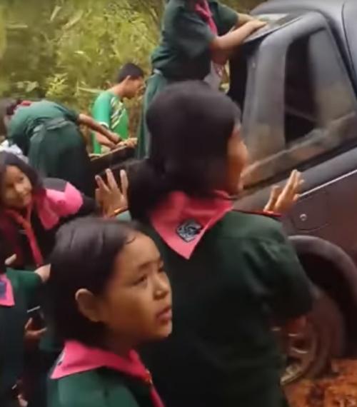 школьники помогли учительнице