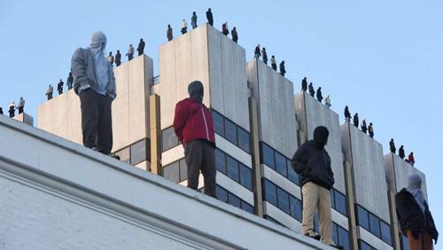 пугающие фигуры на крыше