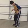 подросток выполняет сложные трюки