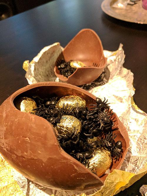 шоколадное яйцо с пауками