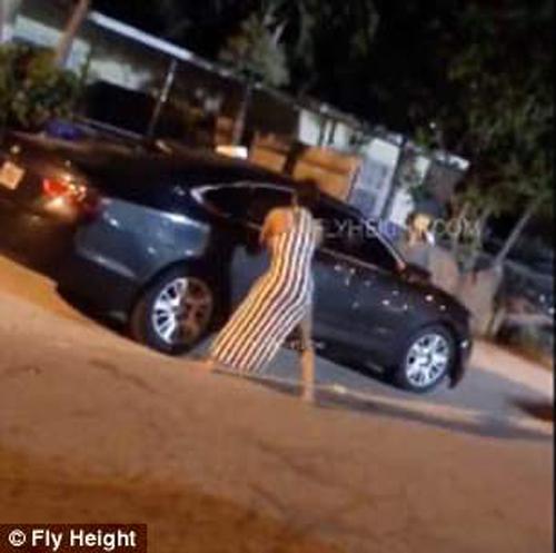 женщина сорвала злость на машине