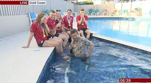 телеведущий упал в бассейн