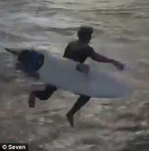 сёрфер потерял свою доску