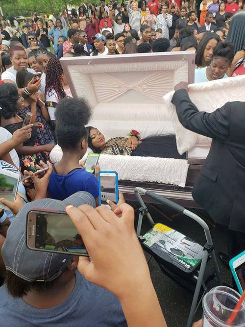 девушку доставили на бал в гробу