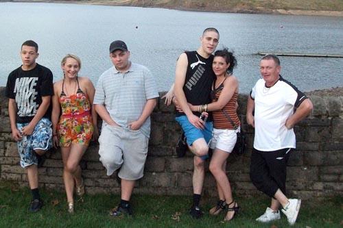 привидение на групповой фотографии