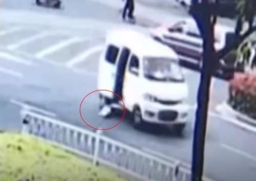 ребёнок выпал из фургона