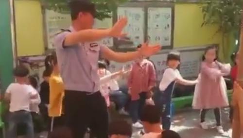 полицейский танцует в детском саду