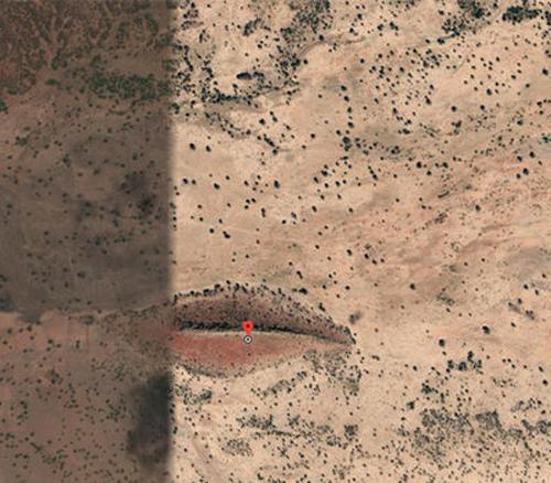 гигантский рот в пустыне