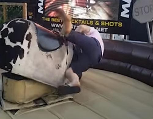 мужчина на механическом быке
