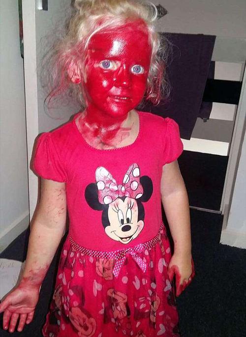 девочка перемазалась помадой