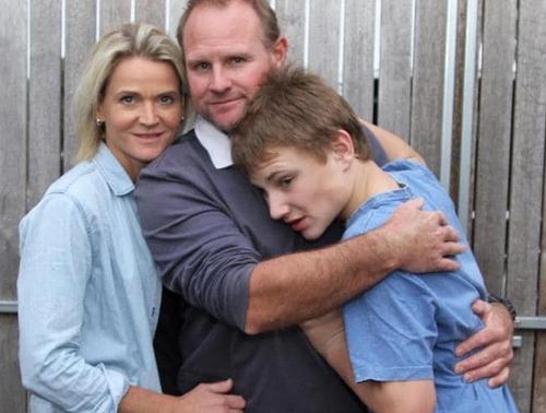 сын пугает собственных родителей