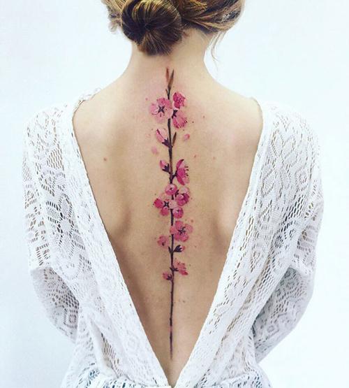 татуировки вдоль позвоночника