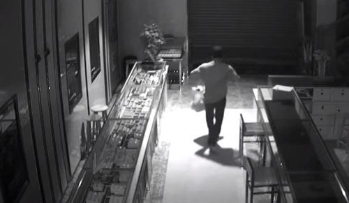 грабитель прополз в магазин