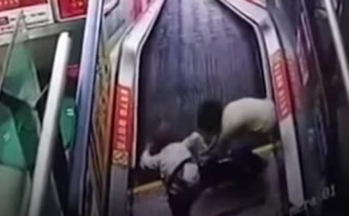 мальчик застрял в эскалаторе