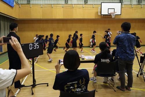 школьники прыгают через скакалку