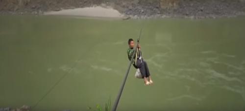 селяне перебираются через реку