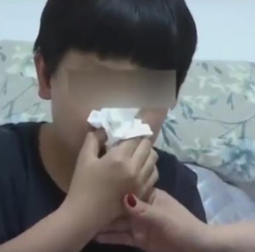 ученик с кровоточащим носом
