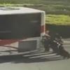 дорожная полиция толкает автобус