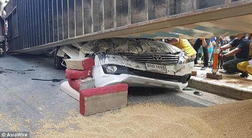 грузовик расплющил машину
