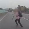 старушка перебегает дорогу