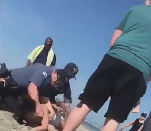 полицейские избили женщину