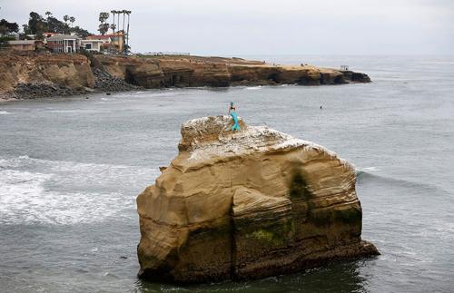 скульптура русалки на скале