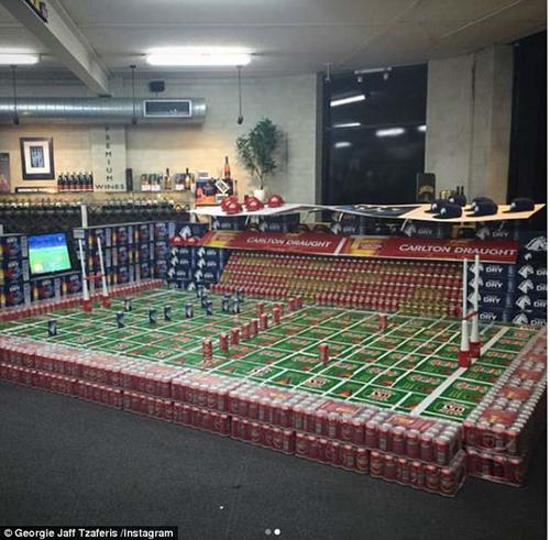 Футбольное поле, сделанное из пивных банок