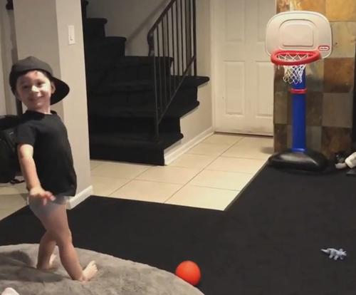 меткий мальчик кидает мяч