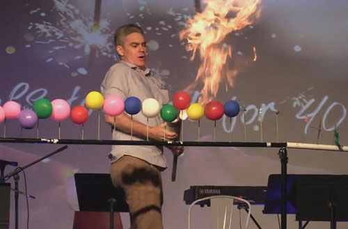 учитель показал огненное шоу