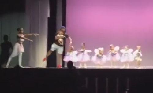 балерина испугалась сцены