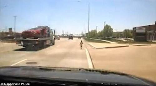 полицейский спас малыша на шоссе