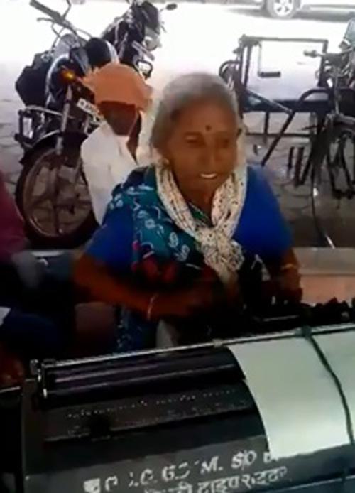старушка с печатной машинкой