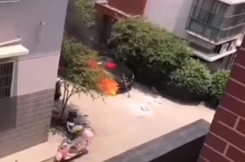 играющие дети подожгли машину