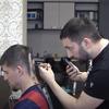 парикмахер радует клиентов