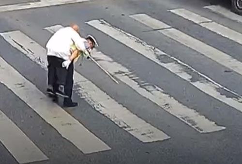 старичок на спине у полицейского