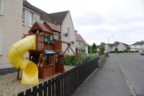 детская игровая площадка во дворе