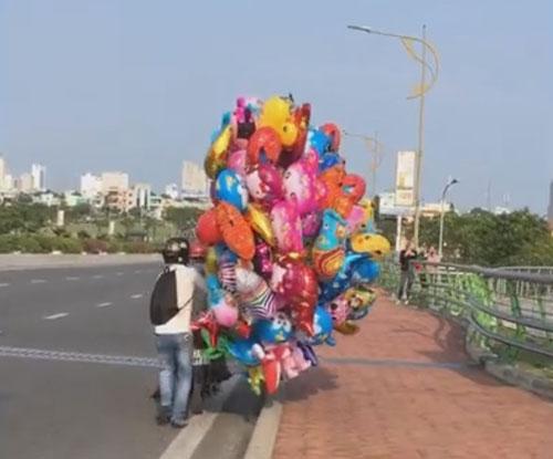 торговец воздушными шариками