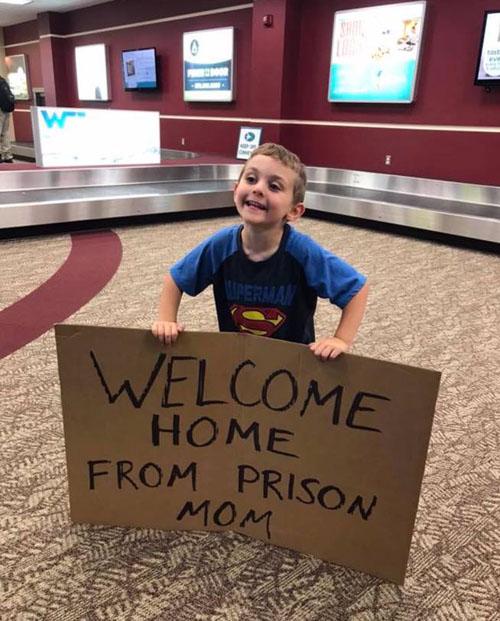 сын опозорил маму в аэропорту