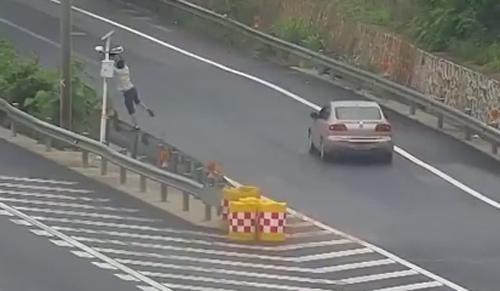 незнакомец прикрыл видеокамеру