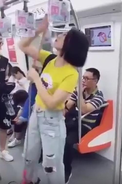 девушка с качелями в вагоне